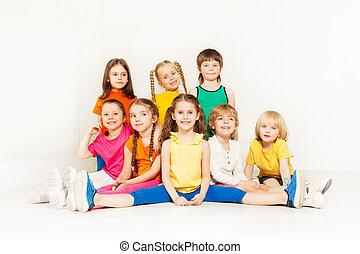 crianças, sporty, junto, posar, retrato, feliz