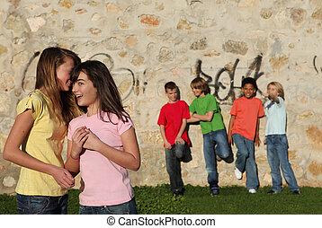 crianças, sussurrando, flertar, adolescente