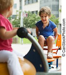 crianças, tendo divertimento, em, pátio recreio