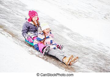 crianças, tendo divertimento, montando, gelo, escorregar, em, inverno