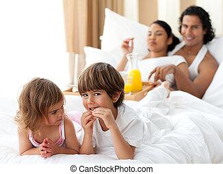 crianças, tendo, pequeno almoço, com, seu, pais