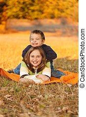 crianças, tocando, ao ar livre, em, outono