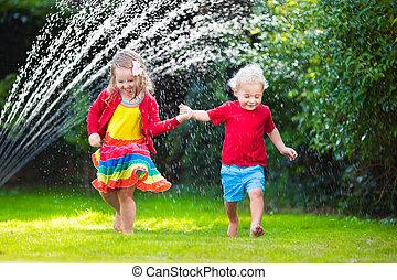 crianças, tocando, com, jardim, irrigador