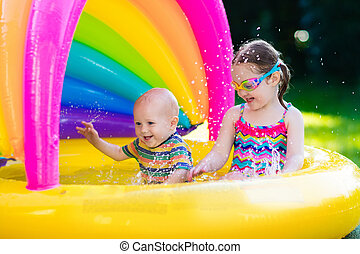 crianças, tocando, em, piscina