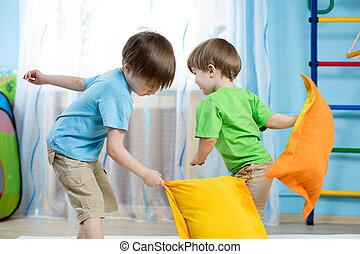 crianças, tocando, travesseiros, dois