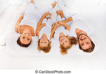 crianças, topo, dois, cama, pai, mãe, vista