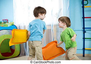crianças, travesseiros, dois, tocando