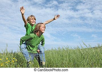crianças verão, ajustar, saudável, piggyback, exterior, ativo, tocando, feliz