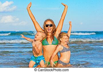 crianças verão, família, -, feriados, mãe, praia, feliz