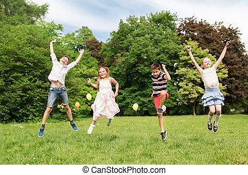 crianças verão, parque, pular, feliz