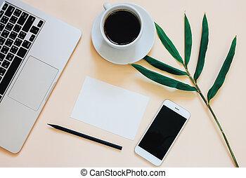 criativo, apartamento, configuração, foto, de, workspace, escrivaninha, com, laptop, smartphone, café, e, em branco, papel, com, espaço cópia, fundo, mínimo, estilo