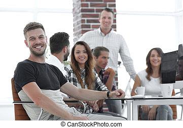 criativo, grupo jovens, em, escritório