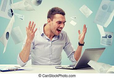 cris, fâché, homme affaires, ordinateur portable, papiers