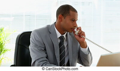 cris, fâché, homme affaires, téléphone