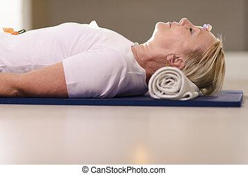 cristais, mulher sênior, terapia, relaxante