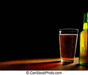 cristal de la pinta, de, cerveza, y, botella, en, fondo...