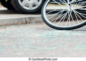 cristal quebrado, en la calle, después, un, accidente de coche, con, ciclista