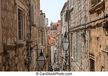 croácia, rua estreita, rovinj