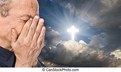 croce, e, uomo anziano, con, uno, faccia, chiuso, vicino, mani