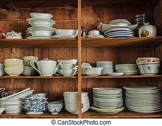 Crockery in the wood larder - Wooden crockery in the pantry...