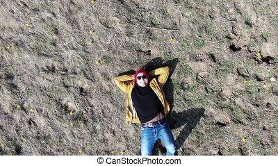 crocus, lunettes soleil, sommet, jaune, clairière, homme souriant, mensonge, vue