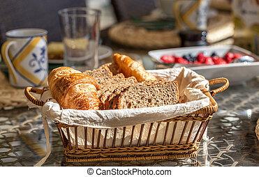 croissant, integrerend, afgesnijdenene, basket., black , close-up., brood