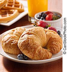 croissants, berries., 二, 早餐