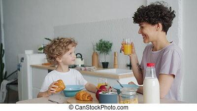 croissanty, jedzenie, rodzina, syn, sok, macierz, pomarańcza...