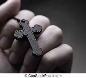 croix, tenant main