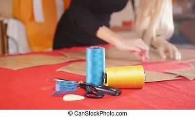croquis, femme, fil, couture, usine, jeune, foyer., prothèse, cloth., confection, bras, rouges