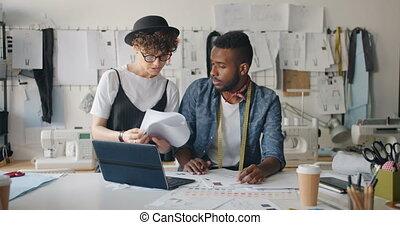 croquis, femme, ordinateur portable, quand, jeune, tailleur, venir, utilisation, mâle, dessin, vêtements