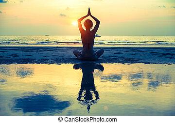 (cross-process, 妇女, 瑜伽, 反映, 坐, 莲姿态, 水, 在期间, style), 海滩, 日落