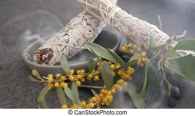 crosse, essentiel, dire, séché, herbier, occulte, sauge, aromatherapy., yoga, relaxation, pendant, smudging, fortune, encens, cleaning., guérison, blanc, rituels, cérémonie, tache, ou, psychique, aura, ésotérique