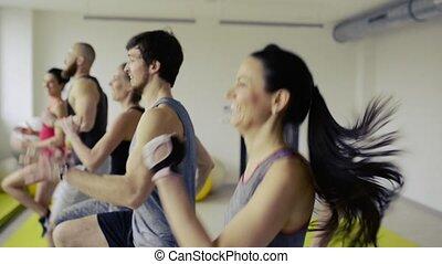 crossfit, gens, gymnase, skipping., jeune, élevé, genou