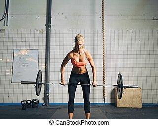 crossfit, kvinna, lyftande, tung vikt, in, gymnastiksal