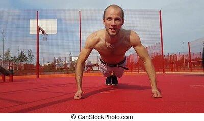 crossfit, séance entraînement, jeune, dehors, homme, pousées