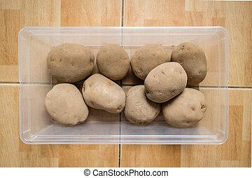 cru, pommes terre, récipient plastique, plancher