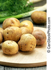 cru, tábua cortante, batatas