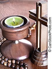 crucifijo, con, lit, té, velas, en, biblia