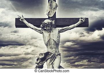 crucifixion., chrétien, croix, à, jésus christ, statue, sur, orageux, clouds., religion, et, spiritualité, concept.