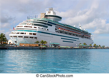 Cruise ship in Nassau harbour - Cruise ship in the clear ...