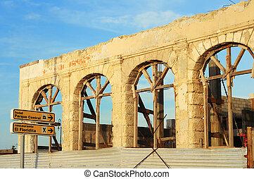 Crumbling facade in Havana street