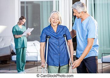 crutches, использование, женщина, помощь, медсестра, мужской, старшая