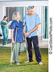 crutches, assisting, женщина, использование, старшая, мужской, медсестра