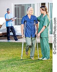 crutches, uso, donna, porzione, femmina, infermiera, anziano