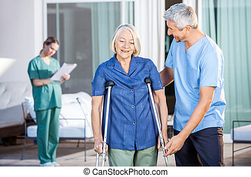 crutches, uso, donna, porzione, infermiera, maschio, anziano
