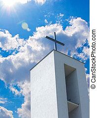 cruz, en, cristiano, iglesia, debajo, cielo azul