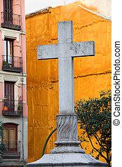 cruz, en, el, plaza, de, puerta, cerrada, en, madrid