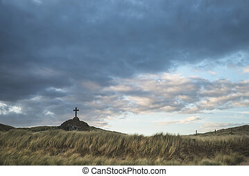 cruz, en, paisaje, de, ynys, llanddwyn, isla, en, ocaso, con, cielo temperamental