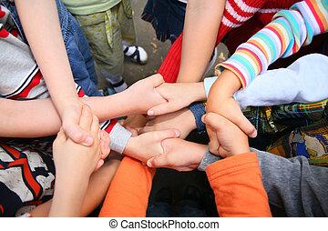 cruzado, niños, tener, manos